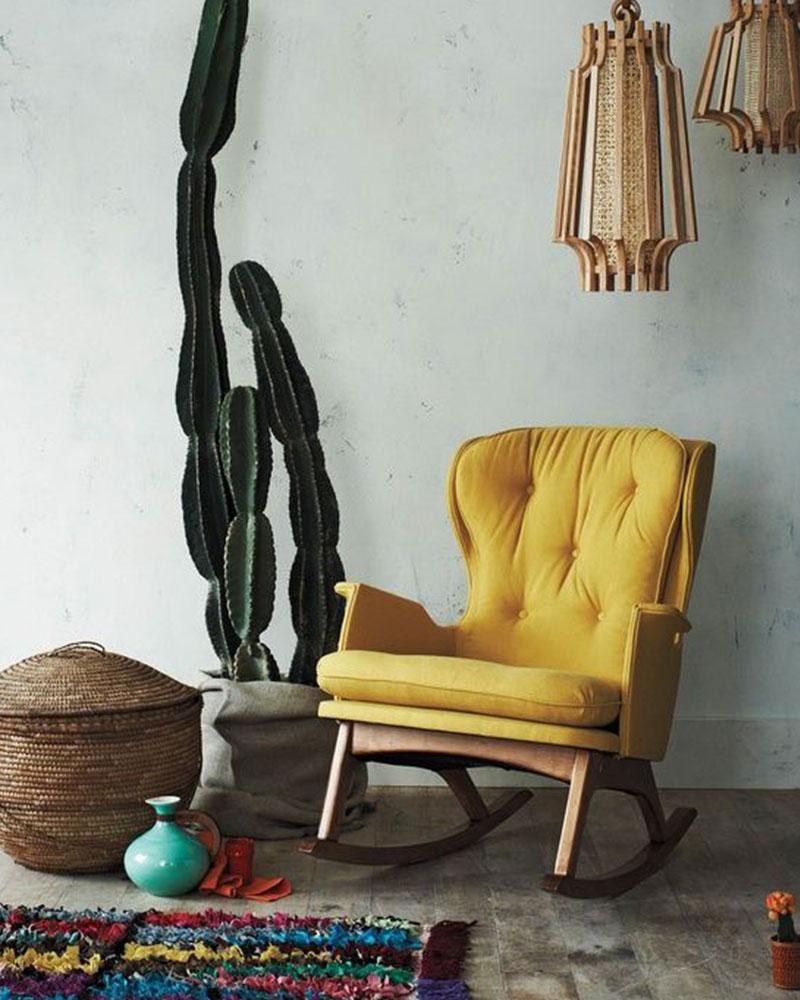 fauteuil jaune capitonné en tissu