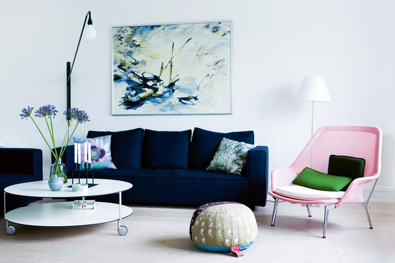 photo de canapé bleu marine dans salon tendance