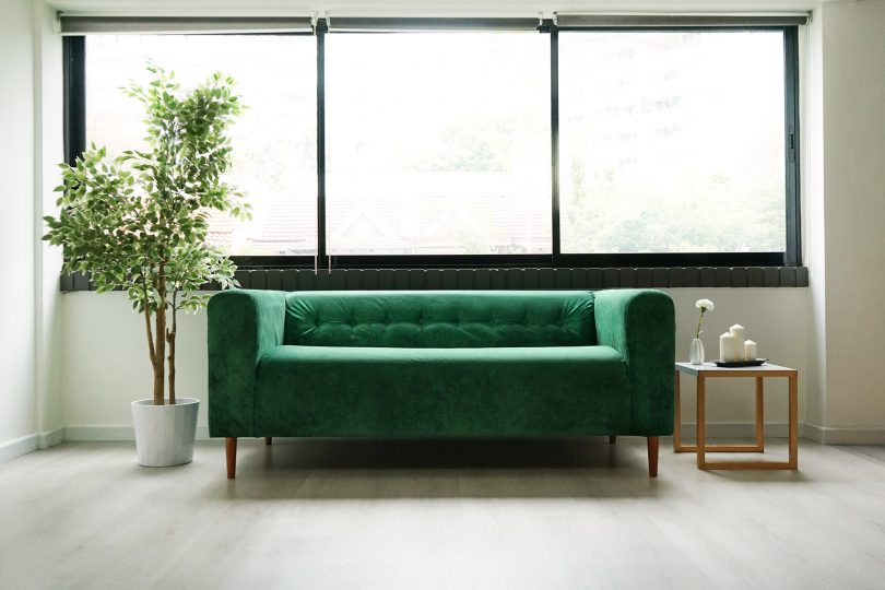 canapé klipplan avec housse verte velours