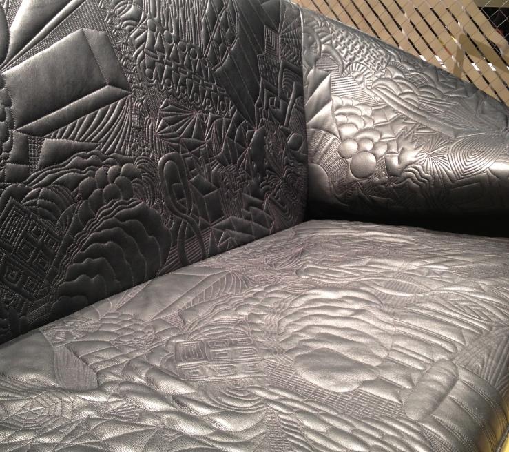 Canapé Doodle assise en cuir noir aux motifs de griffonnage de cahiers de notes