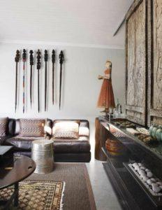 Idée de salon oriental avec statuettes, tapis et canapé arabe