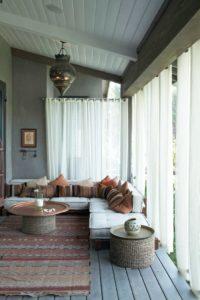 Idée de salon tendance marocain avec matelas coussins