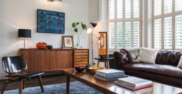 Salon vintage avec canapé convertible rétro en cuir vieilli