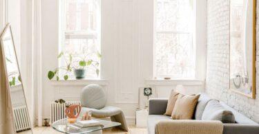 Appartement lumineux avec fenêtres et luminaires